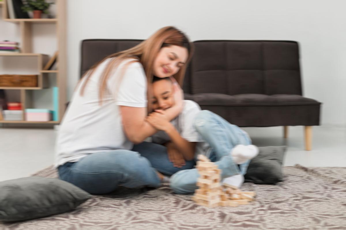 Una mamma abbraccia il bambino mentre spiega il Covid-19